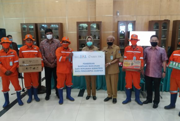 The Mayor of South Tangerang Receives 35.000 Pieces of Nutritious Food and Beverage for Waste Officers and Waste Pickers in South Tangerang City