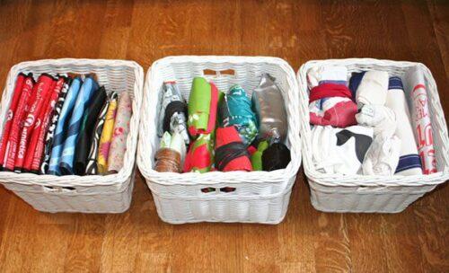 Contoh cara menyimpan tas belanja yang dapat digunakan kembali agar lebih rapi dan mudah diambil. Sumber: modernparentsmessykids.com
