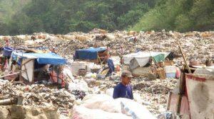 Several waste pickers are navigating through piles of waste in Piyungan landfill, Yogyakarta. Source: tribunjogja/agung ismiyanto
