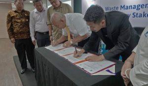 Penandatanganan MoU antara Walikota Bekasi Dr. Rahmat Effendi (kiri) dan Mohamad Bijaksana Junerosano selaku Founder dan Managing Director Waste4Change