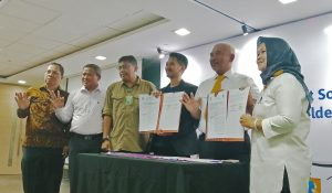 MoU signing between the Mayor of Bekasi City, Dr. Rahmat Effendi (left) and Mohamad Bijaksana Junerosano as the Founder and Managing Director of Waste4Change